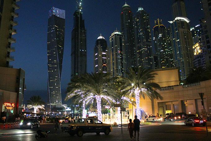 Dubai Marinan maisemia ilta-aikaan.