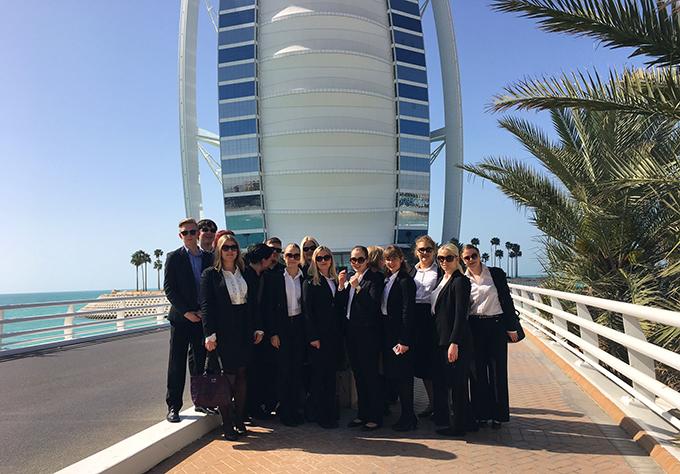 Kouluasussa Burj Al Arab -hotellin edustalla ennen vierailua tähän 7 tähden hotelliin.