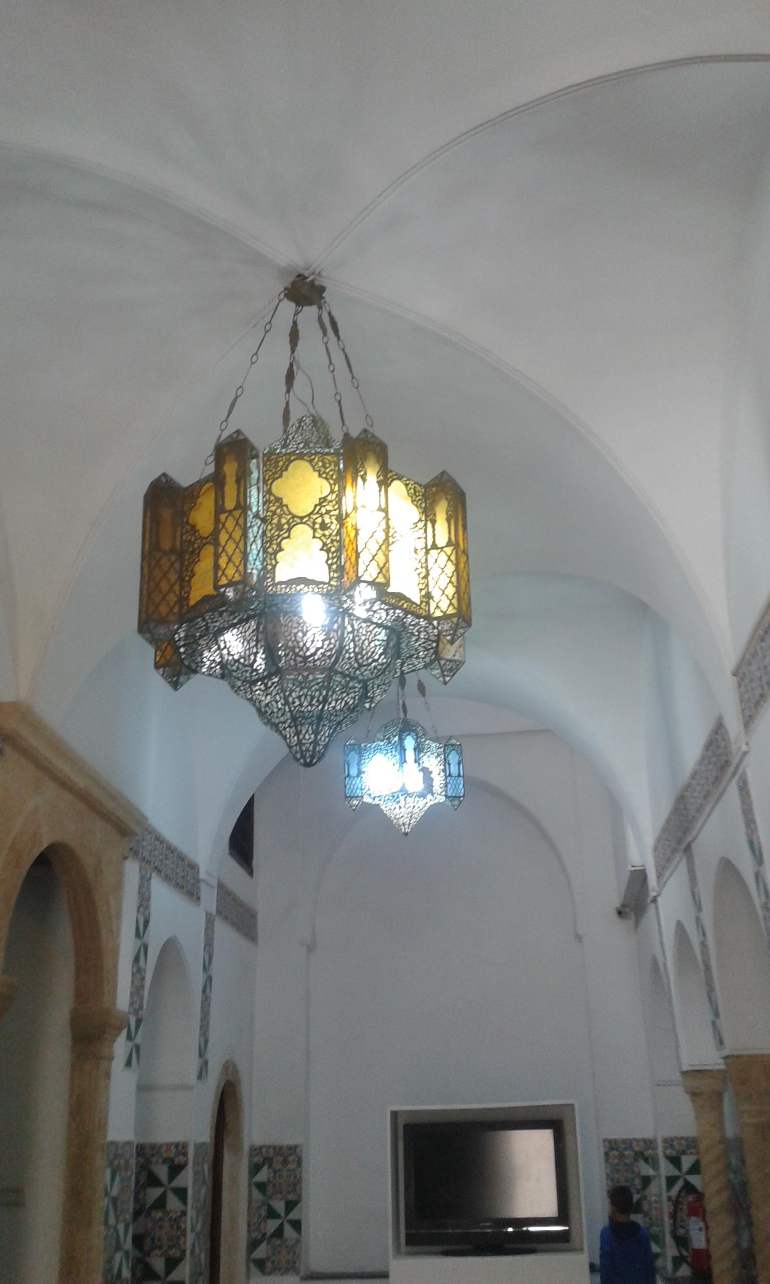 Casbahin kaduilta ottomaaniprinsessaksi  Algeria lapsiperheen silmin