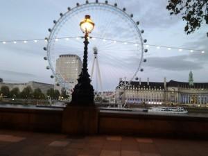 London Eye. Iltakävelyllä Thamesin rannassa