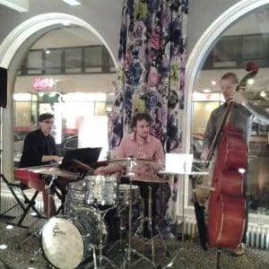 Lassi Kouvo Trio viihdtti Aleksanterin jatkoilla