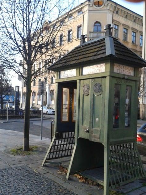 Harvassa paikassa näkee enää vanhoja kauniita puhelinkoppeja. Tukholma, Gamla stan