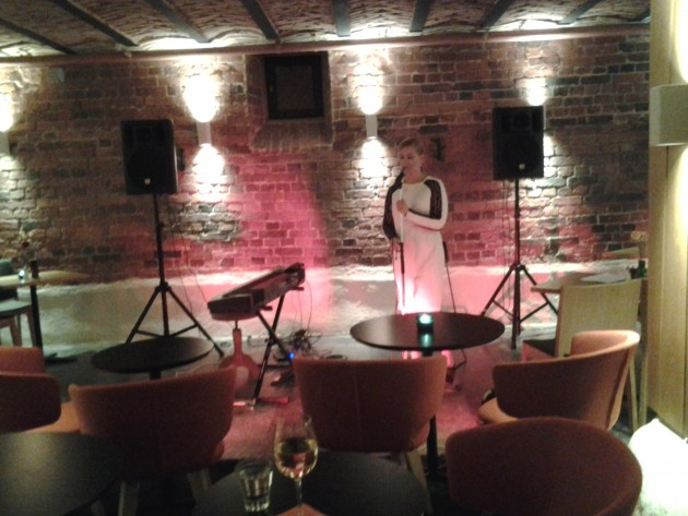 Laulaja Susanna Aleksandra valmistautumassa jazzillan esitykseen. GLO hotel Art, Helsinki.