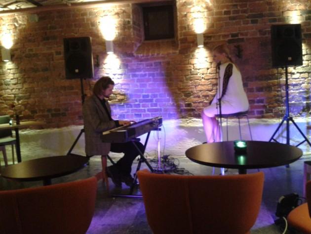 Karri Luhtala ja Susanna Aleksandra. Luhtalan jazzilta GLO hotel Artin ravintolassa Helsingissä joka kuukauden ensimmäisenä tiistaina.