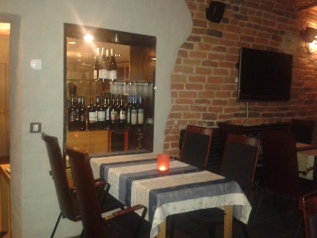 Kellarissa on pari kotoisasti sisutettua tilaa. Toivottavasti paikalliset ja ruoan ja viinin mukaan matkustavat löytävät uuden olohuoneensa. #HaminanViinibaari