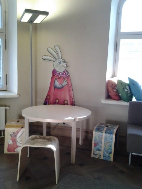 Suloisesti sisustetussa Eestin lastenkirjallisuuden keskuksessa on kirjasto ja näyttelytiloja.