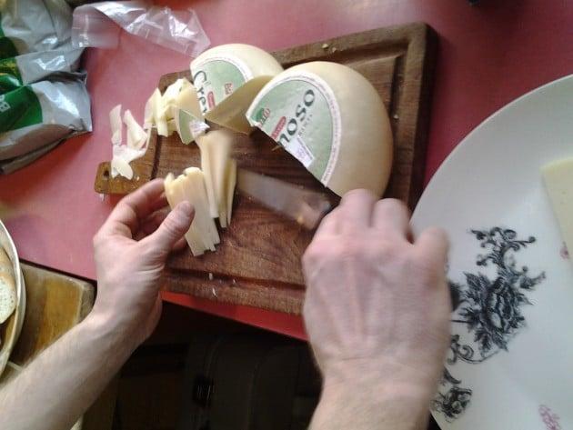ruokamatkailua Riihimäellä. Karri Luhtala tuo maistiaisia Italiasta ja kun lautaset ovat pöydissä, aletaan Vihreässä talossa soittaa jazzia.