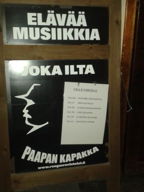 Säästäväinen yksinmatkailija viettää puoli yötä vaikka täällä. Tosin alkuperäinen elävää musiikkia 7 iltana viikossa ei taida Tampereellakaan enää päteä.
