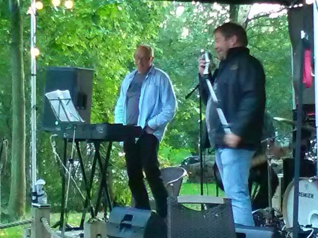 Seven Mugs -bändissä laulaa Marck Aulén ja keikkailtana koskettimissa Henrik Alfthan