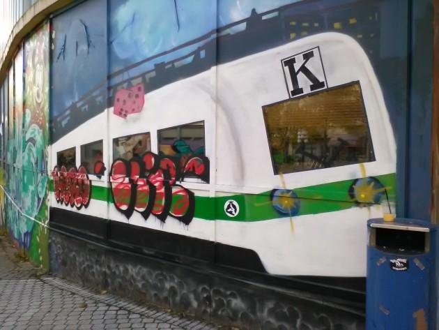 Tämä juna komeilee kävelykadulla Keravalla. Kadun pään tyhjien liikekiinteistöjen purku alkaa lähipäivinä lokakussa 2016, ja kesän mittaan alueelle on tehty #purkutaide-graffiteja. Junasta astujan silmä tarttui tähän.