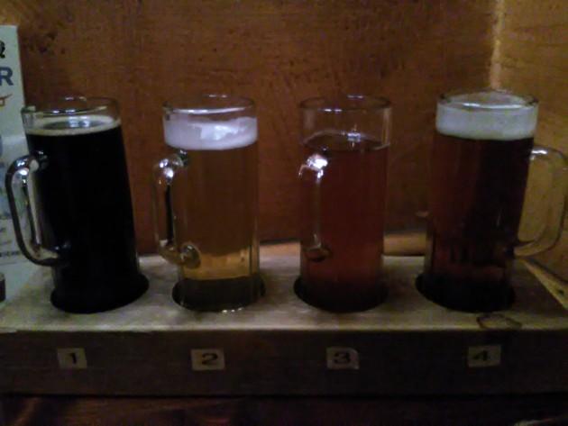 Maisteluhalko Oluthuone Kaislassa- Kotimaisia oluita saa neljä erilaista, ja innostunut henkilökunta voi valita ne puolsetasi.