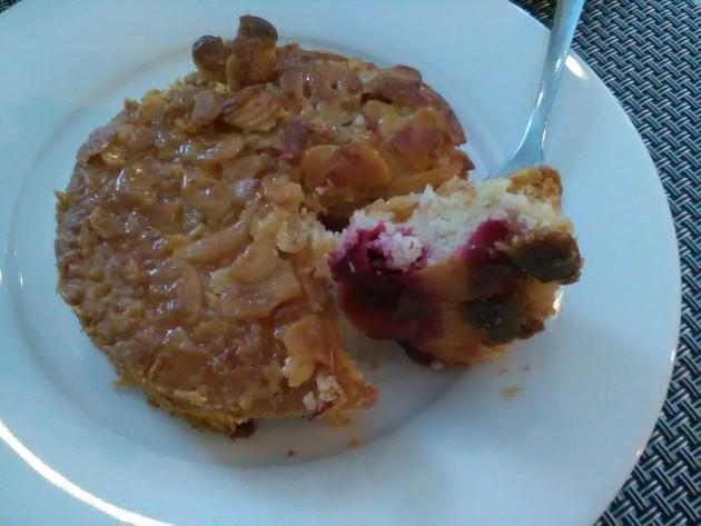 Kunhan kirsikkapiirasta piisaa, niin hyvin menee! Tämä herkku nautiskeltiin kaverin kanssa Katharinenthal-kahvilasa Kadriorgissa. Taitaa tulla vakopaikka Tallinnassa.