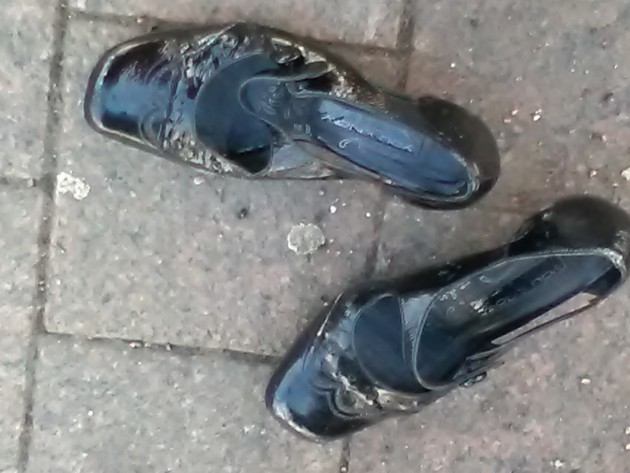 Yksinäisellä kenkäparilla Lahden torilla lienee tarinansa kerrottavana.