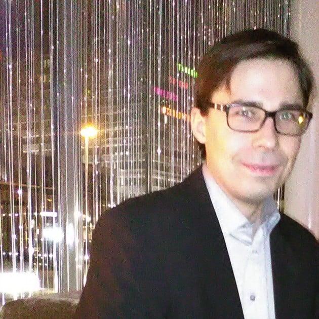 Lassi Kouvo, Papa Albertin Friday Jazz Clubista tuttu muusikko, soitti kynttiläillalliseen sopivaa tunnelmallista pianomusiikkia. Radisson Blu, Grill it!