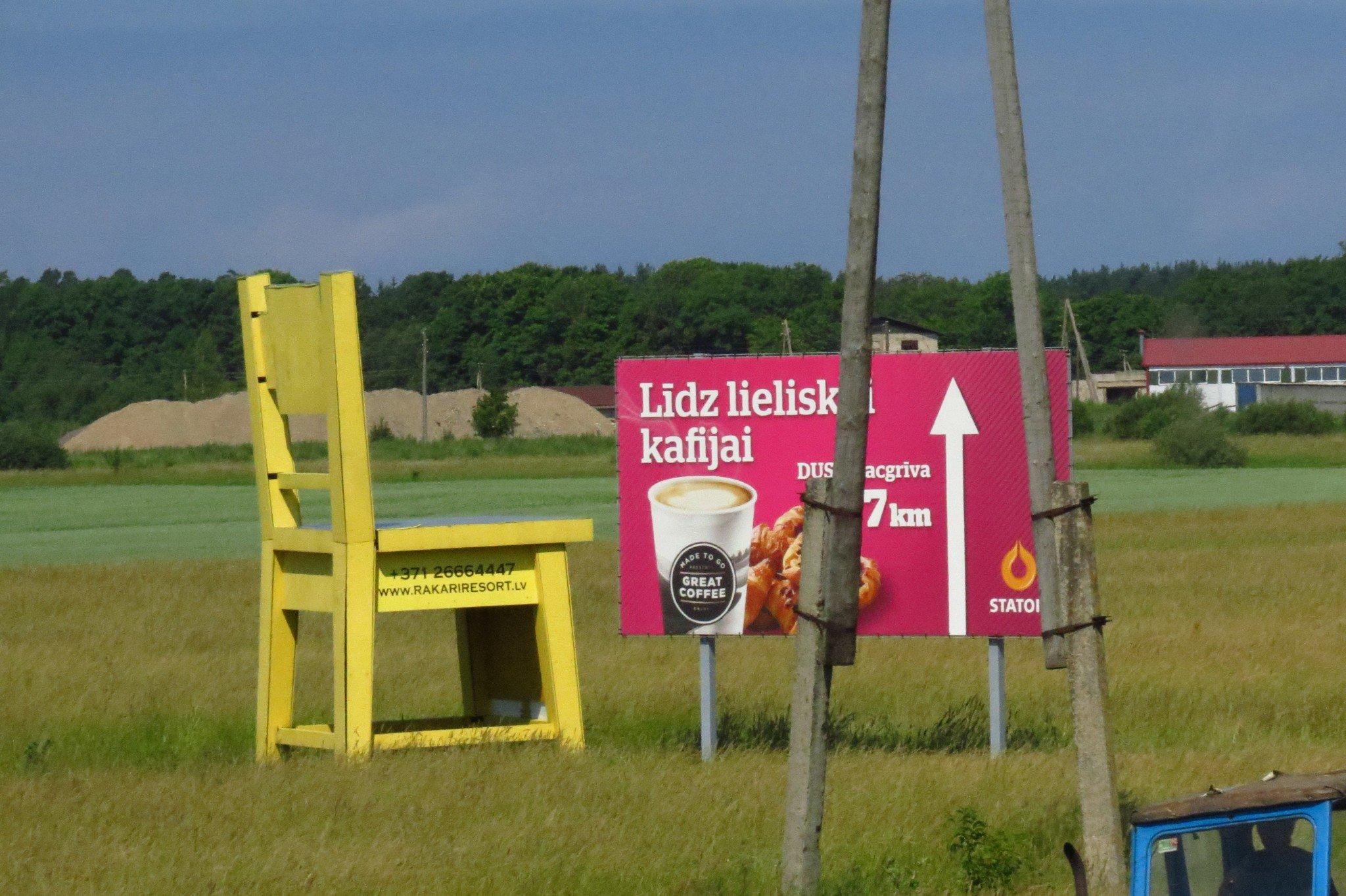 Tuoli keskellä peltoa. Latvialla on ollut varaa rakentaa vähintään penkki jokaiselle bussipysäkille, Suomella ei ole varaa.