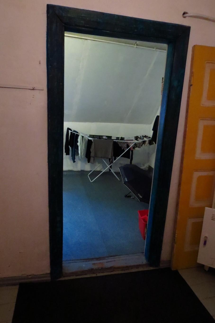 Suihkuhuone ei ainakaan kerää kosteutta, sillä ovea ei ole laisinkaan. Tämä toimii myös pukuhuoneena suihkusta tullessa.