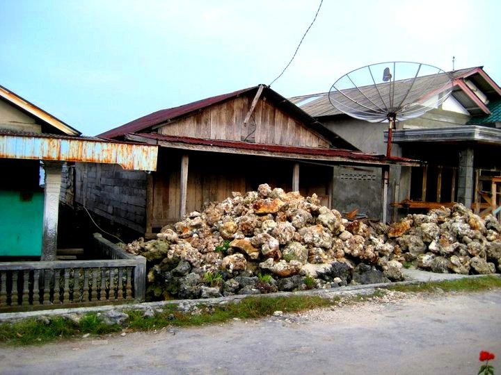 Rakennusmateriaalina käytettävää korallikiveä löytyy kasoittain kadunvarsilta