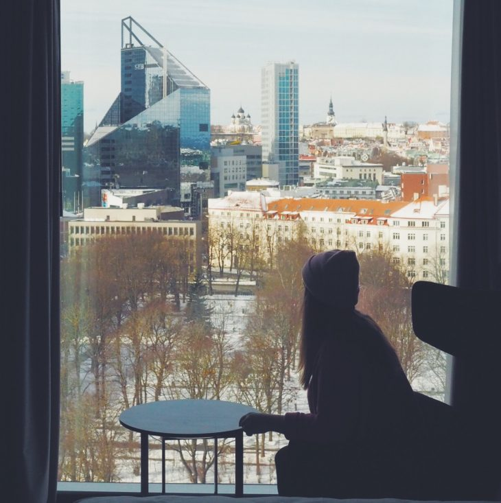 Tallinna vinkit   Kaupunkimaisema ikkunasta.
