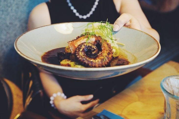 Tallinna ravintolat   herkullinen mustekala-annos.