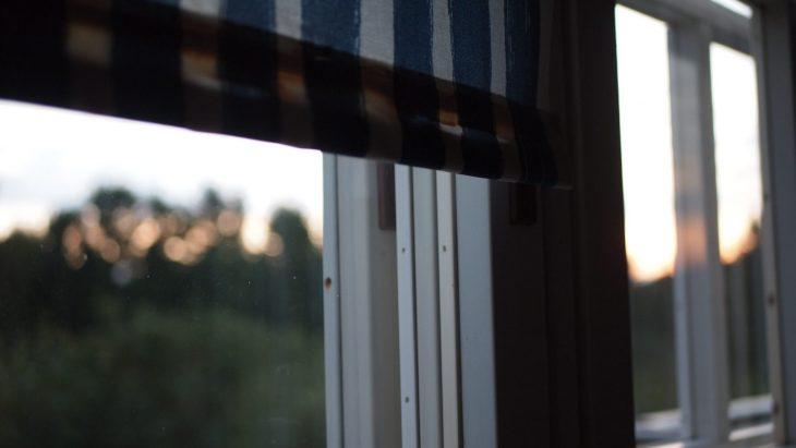 Auringonlasku mökin ikkunasta