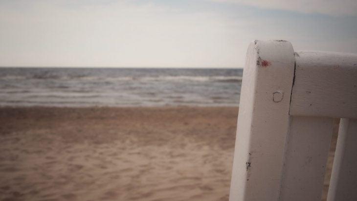 Valkoisen tuolin laita jonka taustalla meri