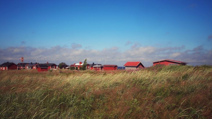 Kalastajakylä niityn takana