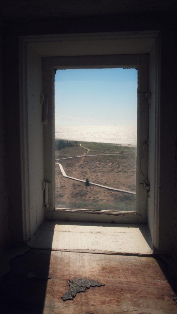 Ikkunasta avautuu näkymä merelle