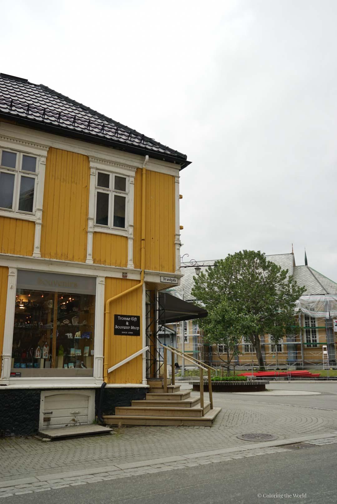 Keltainen talo Tromssassa