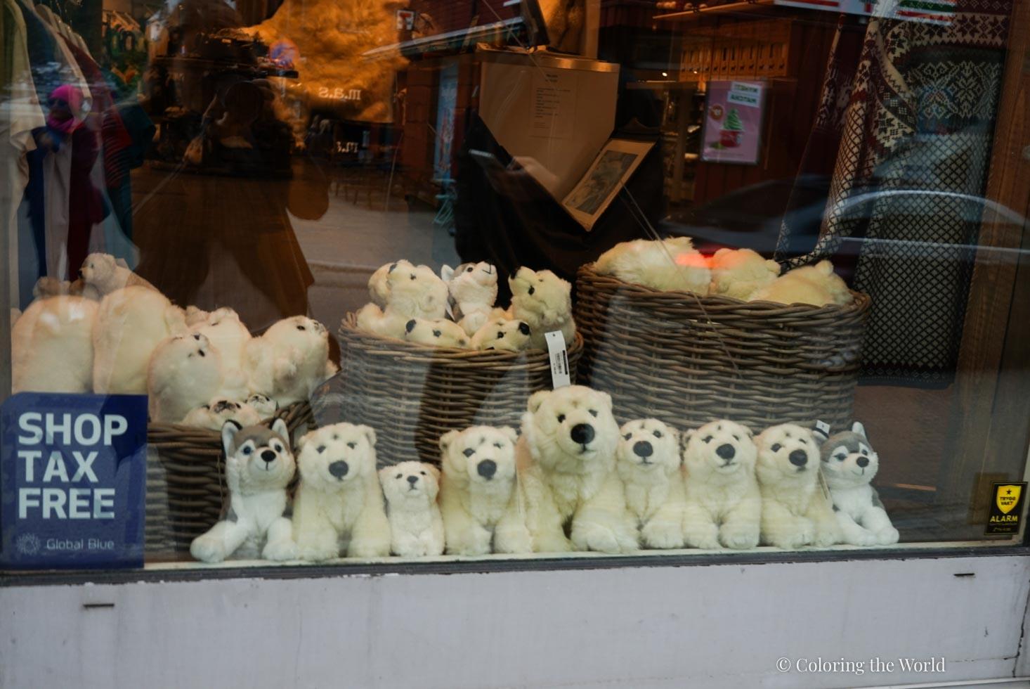 Jääkarhuteemaa kaupassa Tromssassa