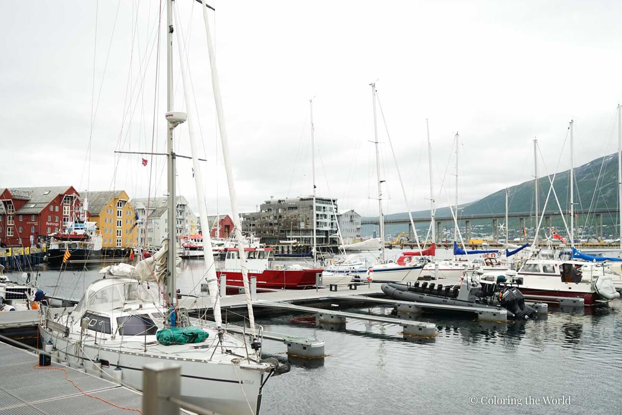 Satamaa ja veneitä Tromssassa
