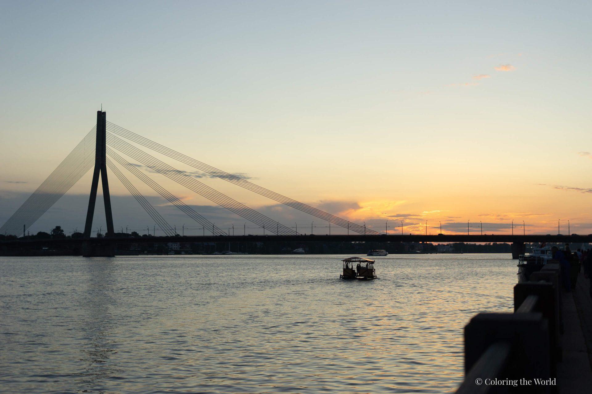 Auringonlasku Riiassa Daugavan ylle