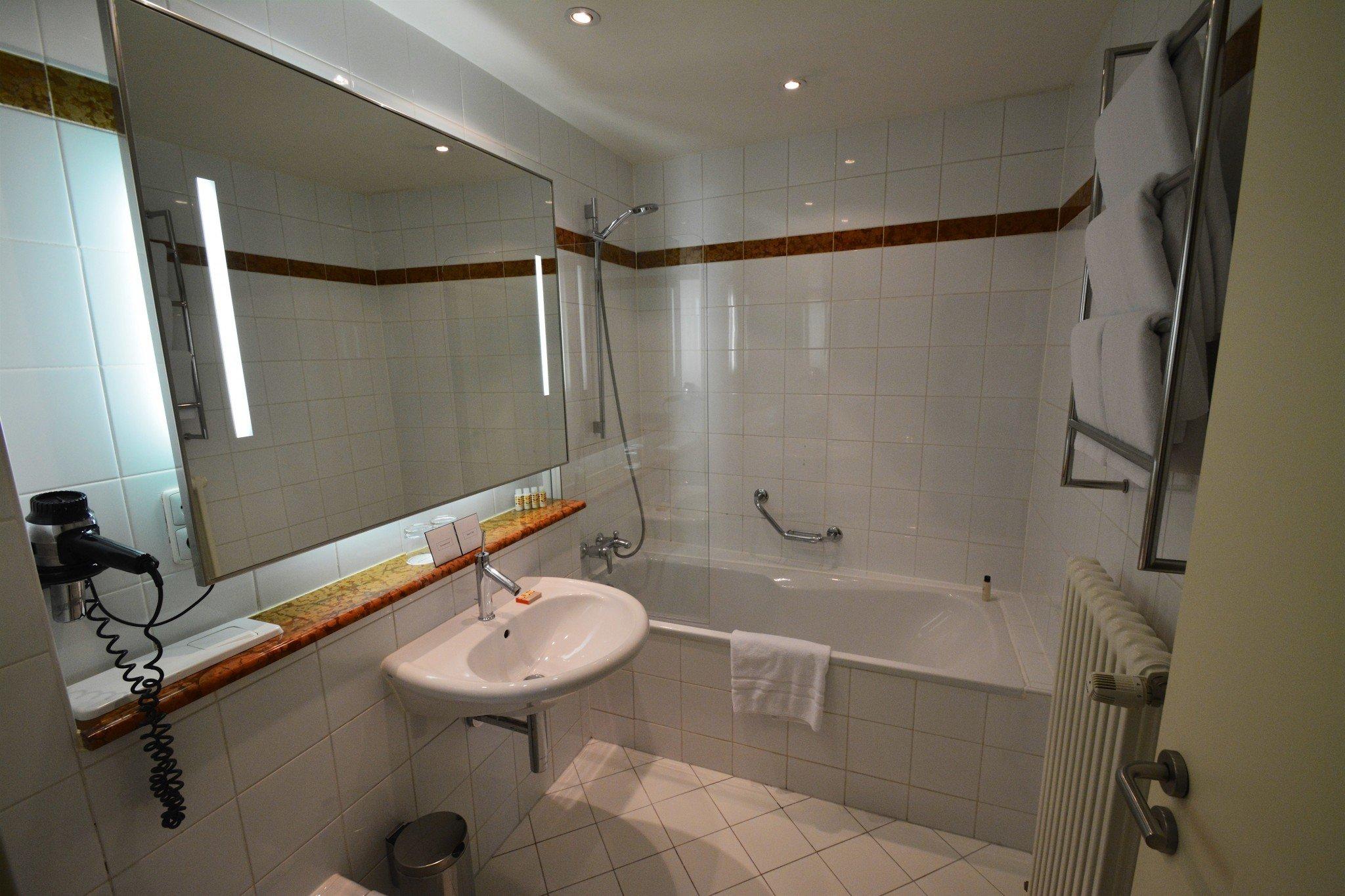 Hotel Maximilian bathroom