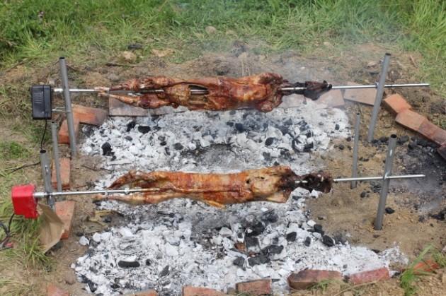 Lampaan grillausta pääsiäisenä Kreikassa