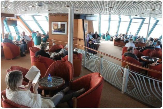 """Kirjaa lukemassa Hurtigrutenin """"loungessa"""""""