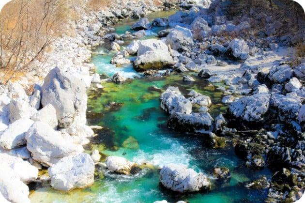 Soca-joki Sloveniassa, vedet vähissä
