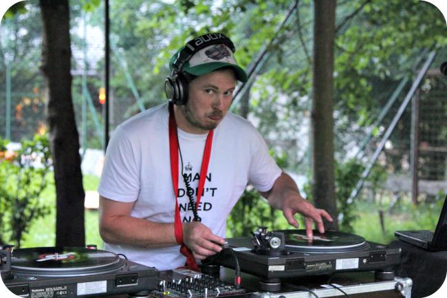 Yksikätinen DJ soittaa settiä Valsesia River Festivaaleilla