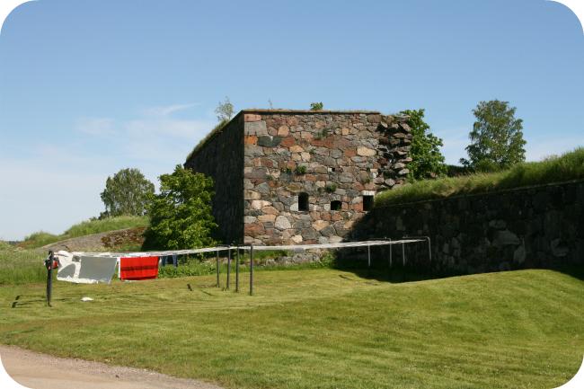 Elävä Suomenlinna - pyykit kuivumassa muurien suojassa