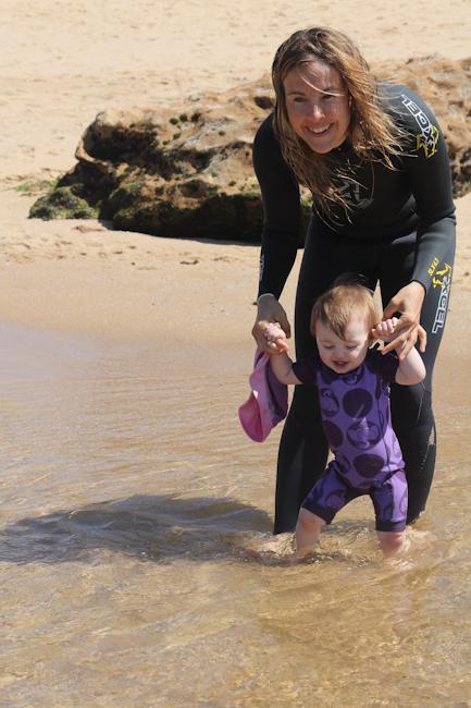 Vauvan kanssa uimassa meressä I @SatuVW I Destination Unknown