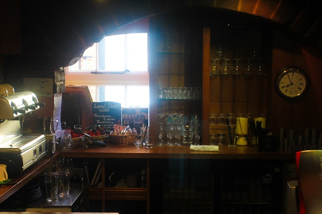 Brittiläinen pubi Devonissa I @SatuVW I Destination Unknown