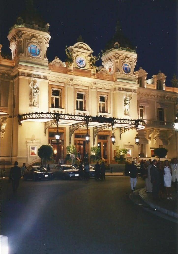 Monte Carlon Casino hurmaa iltavalaistuksessaan Photo copyright Elämää ja Matkoja