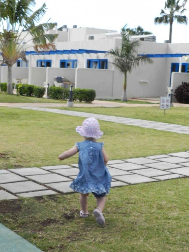 Tyttäremme ensimmäisellä aurinkolomallaan Blue Village Playa Felizissä. Photo copyright Elämää ja Matkoja