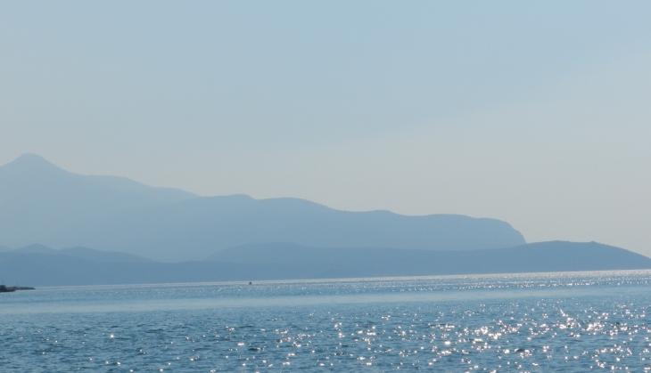 Näkymä Doryssa Bayn rannalta Pythagorioniin. Photo copyright Elämää ja Matkoja