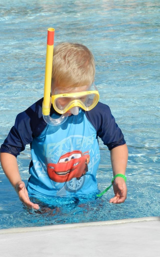 Mikäpä sen parempaa kuin aurinkoinen päivä vedessä touhuten! Photo copyright Elämää ja Matkoja