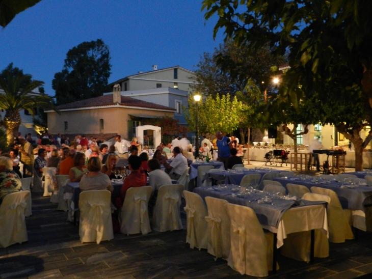Kreikkalainen ilta Villagen aukiolla alkamaisillaan. Photo copyright Elämää ja Matkoja