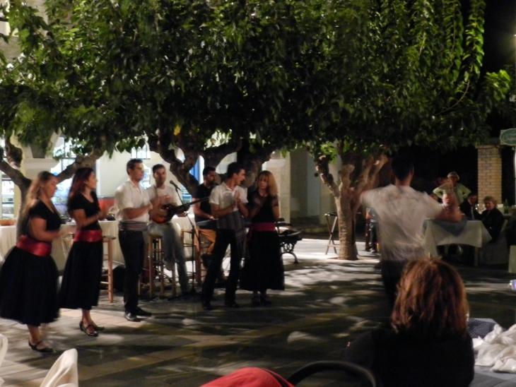 Juhlatunnelmaa kreikkalaisessa kyläillassa. Photo copyright Elämää ja Matkoja