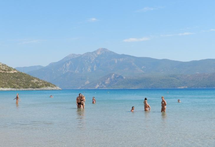 Psili Amos ranta on loivasti syvenevä ja vesi lämmintä kuin linnunmaito. Photo copyright Elämää ja Matkoja