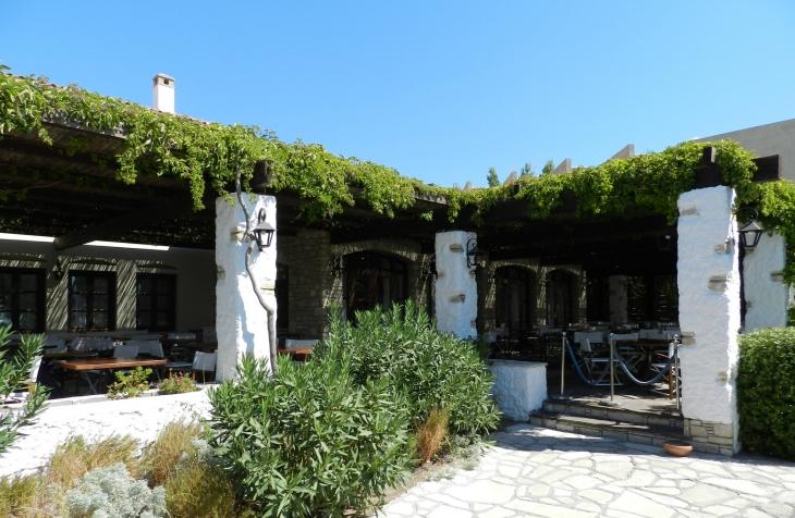 Village ravintolan katetulla ulkoterassilla oli mukava nauttia ateriat. Photo copyright Elämää ja Matkoja