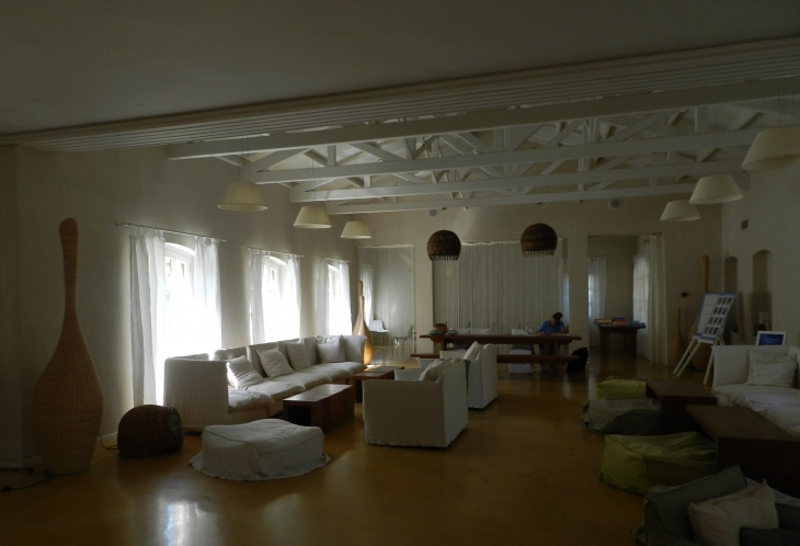 Oleskelutila vastaanottorakennuksessa. Photo copyright Elämää ja Matkoja