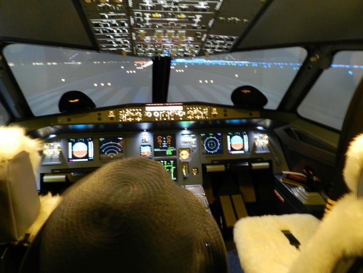 Pieni pilotin alku unelmansa äärellä Airbus  320 lentosimulaattorissa. Ilmailupäivä on koko perheen tapahtuma, joka järjestetään vuosittain helatorstaina. Ohjelmassa oli yleisölennätystä Jonairilla, taikuri Al Danten esityksiä, Nextjetin SAAB 340 esittelyä sekä lättyjä, makkaraa, hattaraa, arvontaa jne. Lentoterminaalissa oli paikalla Finnair, Nextjet sekä Kokkolan matkailu ja sokerina pohjalla Airbus 320 lentosimulaattori.