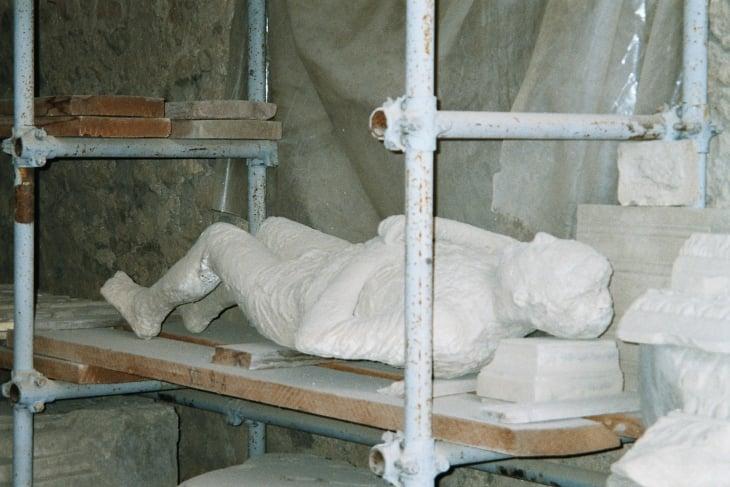 Vainajista jääneet kivettyneet tuhkaonkalot täytettiin kipsillä ja siten saatiin valoksia hautautuneista ruumiistä. Photo copuright Elämää ja Matkoja